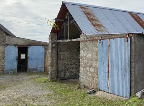 LA BAULE 44500 – Terrain à vendre avec granges à rénover